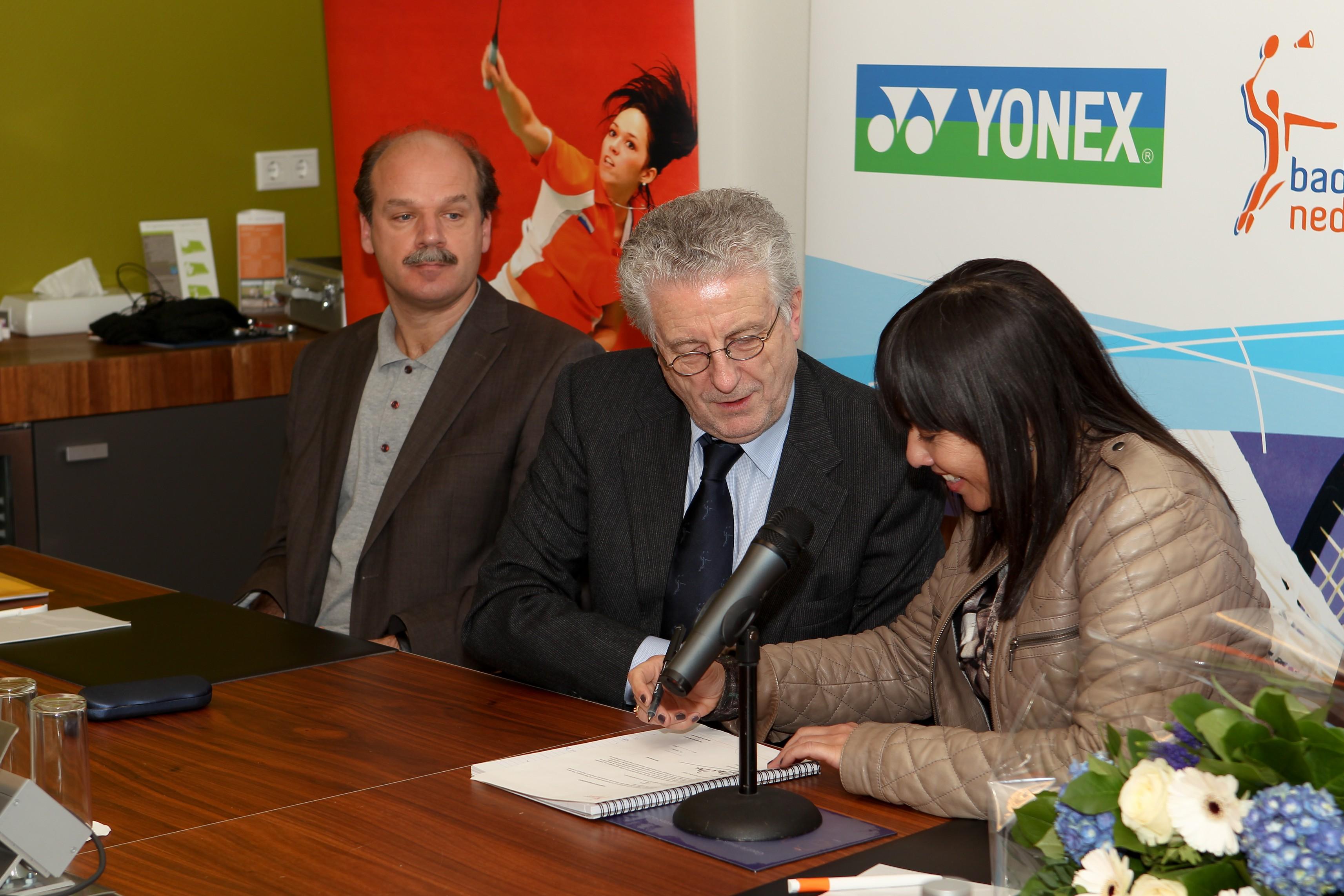 Eline Coene ondertekent contract.